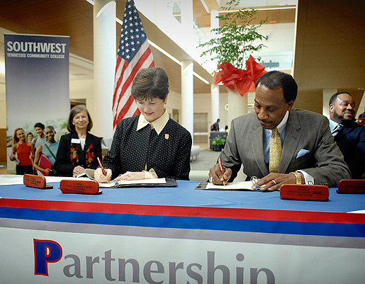 U of M President Shirley Raines and Southwest President Nathan Essex sign the PEP agreement.