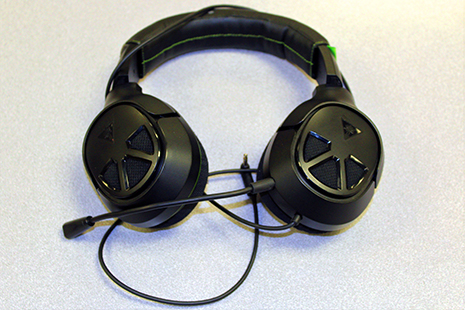 Over-the-ear headphones with microphone